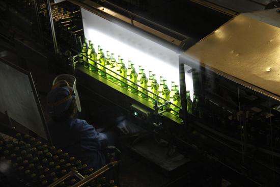 青岛啤酒就是从这样的流水线上生产出来的